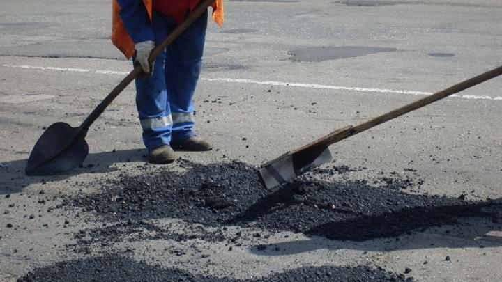 Мэр Воронежа поручил срочно заделать глубокую яму посреди дороги на набережной