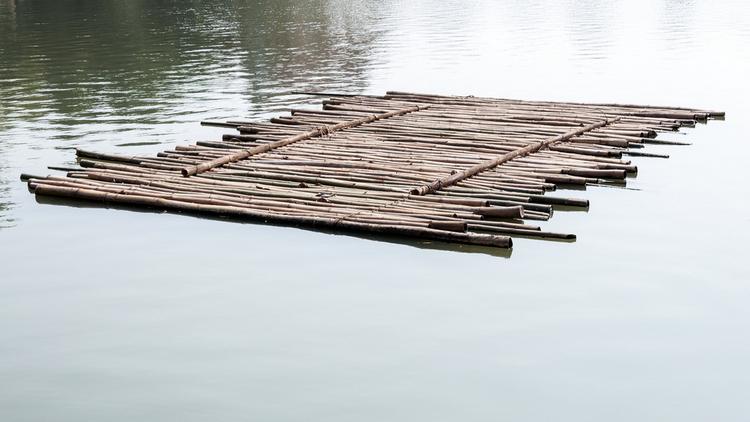 На Воронежском водохранилище унесло 7 детей, плавающих на самодельном плоту