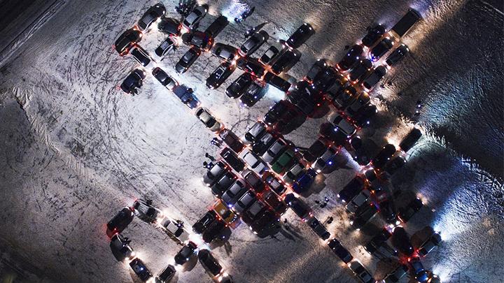 Воронежские водители выстроили из машин фигуру самолёта в честь 23 февраля