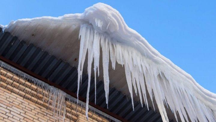В Воронеже из-за упавшего с крыши снега 12-летний мальчик получил перелом позвоночника