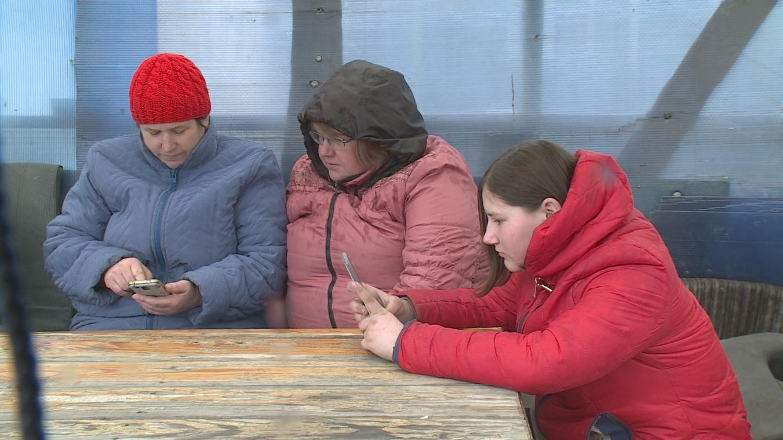 В Воронежской области из-за «удаленки» по-деревенски школьники вынуждены делать уроки на улице - фото 3