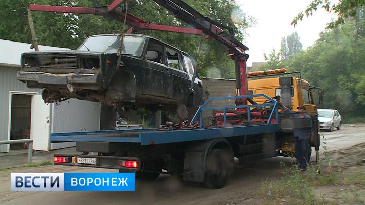 Кто не успел, тот опоздал. Воронежские дворы начали очищать от автохлама