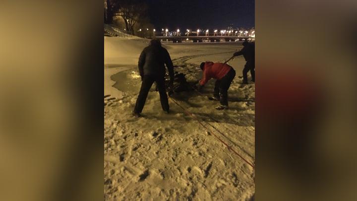 В Воронеже снегоход провалился под лёд водохранилища