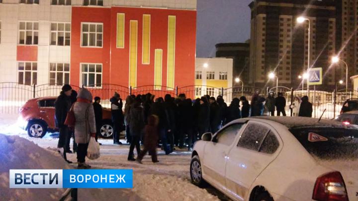 Воронежцы 2 ночи проведут у новой школы, чтобы записать в неё детей