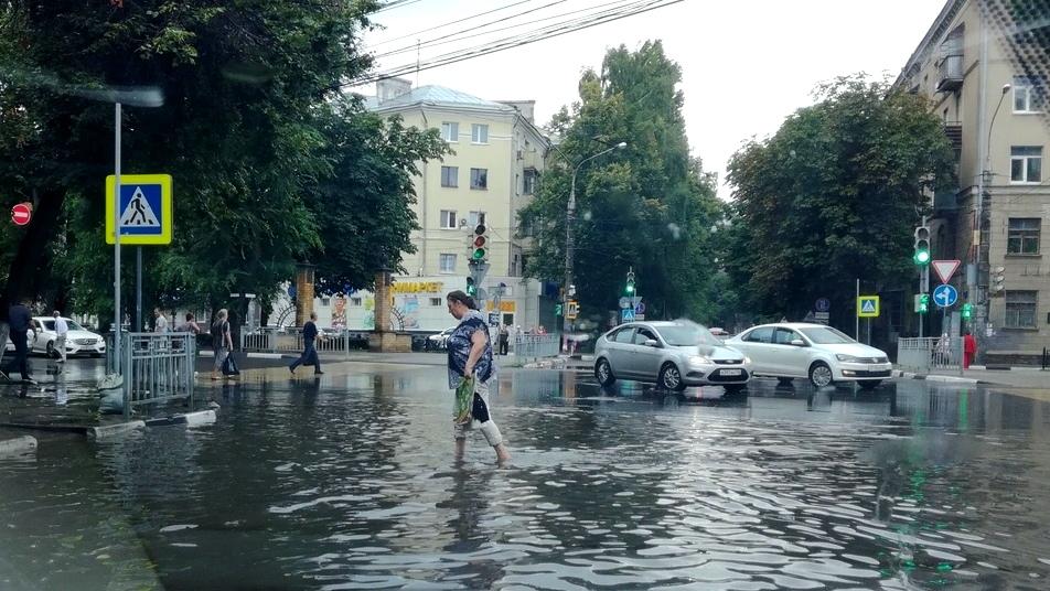 «Поплыли». Воронежцы поделились фото и видео затопленного города