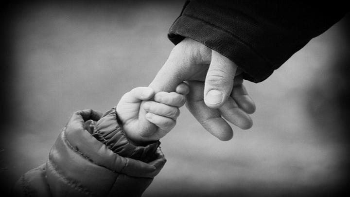 «Угрожал и требовал денег». В Воронеже суд допросил отца малышки, погибшей от рук отчима