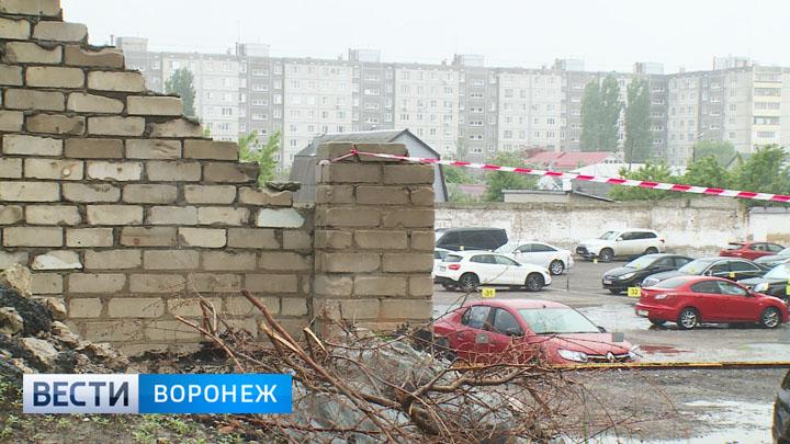Воронежцы не спешат убирать свои авто от забора, часть которого уже рухнула