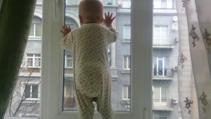 В Воронеже выпавшая из окна 6 этажа полуторагодовалая девочка погибла