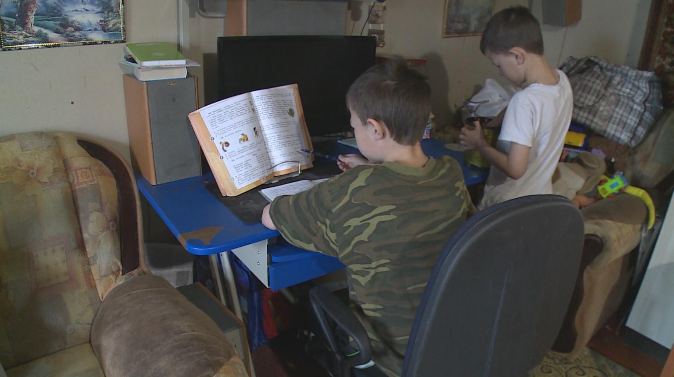 В Воронежской области из-за «удаленки» по-деревенски школьники вынуждены делать уроки на улице - фото 2