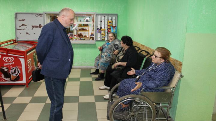 Плесень на кухне, дыры в крыше, недостаток еды. Как живут старики в доме инвалидов Воронежа