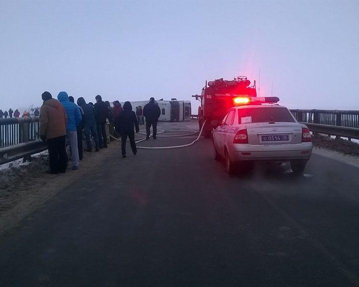 ФОТО: В Воронежской области, не войдя в крутой поворот, опрокинулась фура