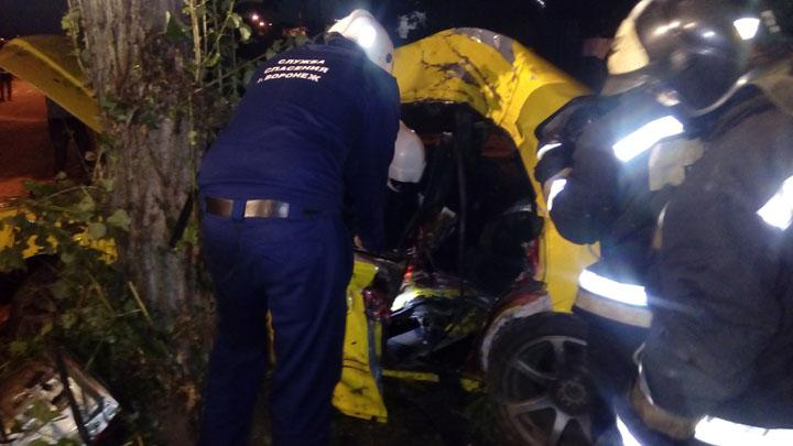 В Воронеже Toyota влетела в дерево: пострадали три человека