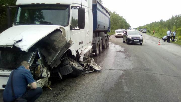 В аварии с фурой под Воронежем погибли четыре человека