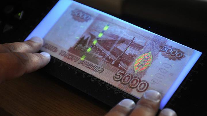 Жителям Воронежской области напомнили серии находящихся в обороте фальшивых купюр