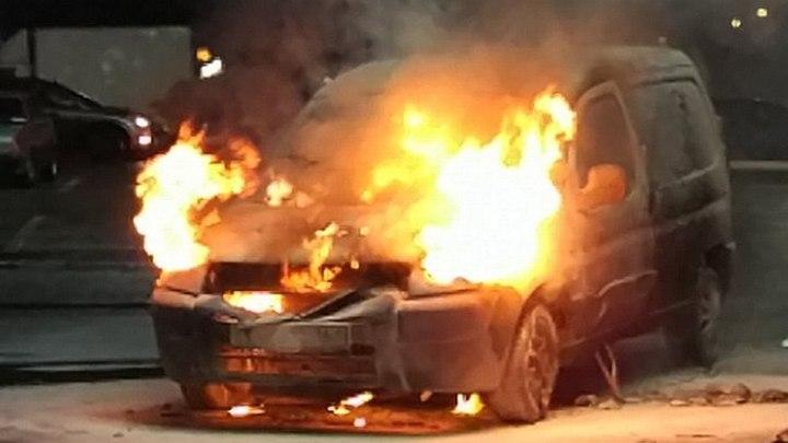 В сети появилось видео тушения горящей у воронежского гипермаркета иномарки