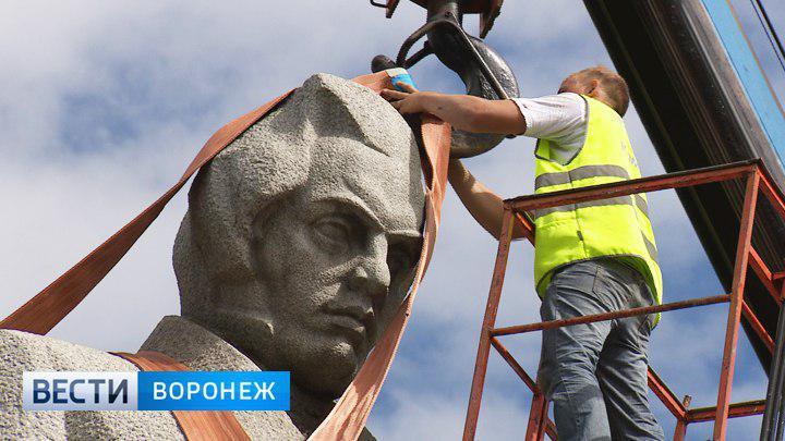 В центре Воронежа началась установка памятника Кольцову