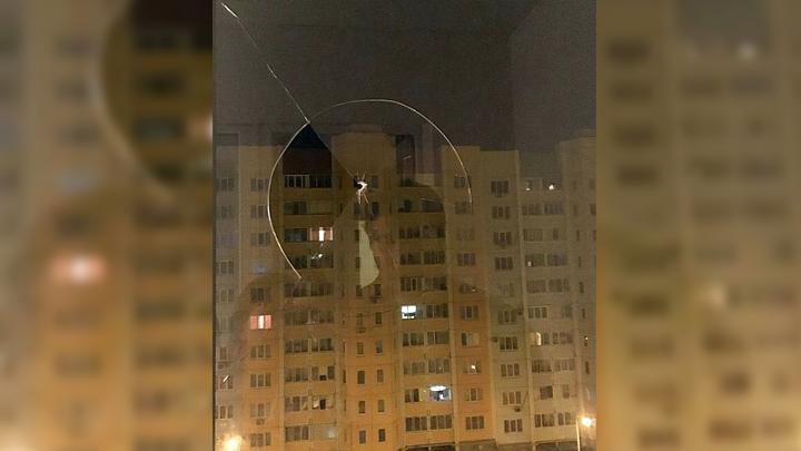 Неизвестные прострелили балкон воронежской многоэтажки