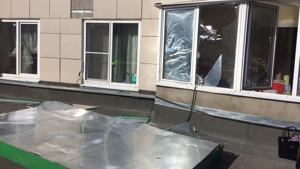 В Воронеже рекламный щит выбил стёкла на балконе многоэтажки