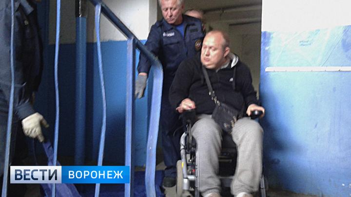 Инвалиду из Воронежа пришлось вызвать сотрудников МЧС из-за сломанного лифта