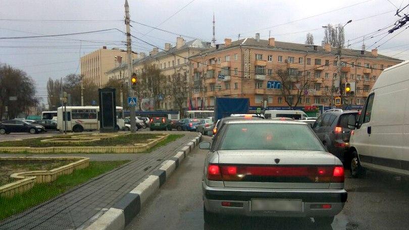 Неработающие «умные светофоры» спровоцировали 5-километровую пробку в Воронеже