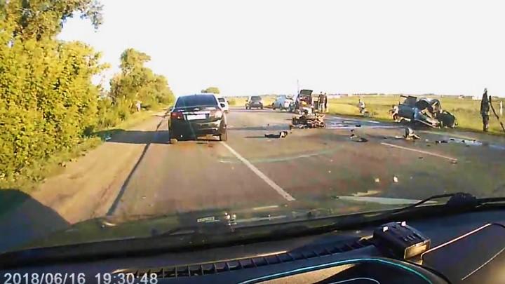 Последствия массовой аварии с погибшим мотоциклистом под Воронежем попали на видео