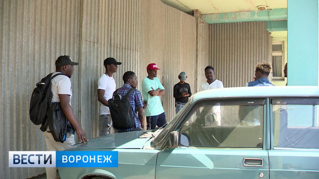 Проректор вуза вернул застрявшим в Воронеже африканцам паспорта и часть денег