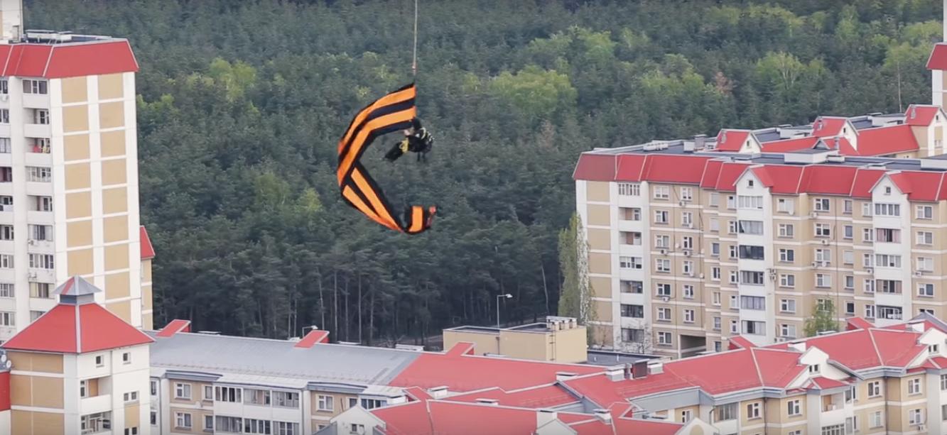 Прыжок воронежского экстремала с огромной георгиевской лентой попал на видео