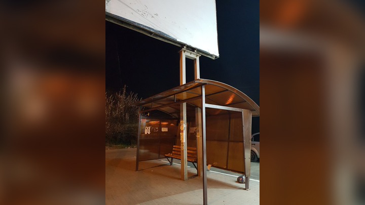 В Воронеже вокруг рекламного щита соорудили автобусную остановку