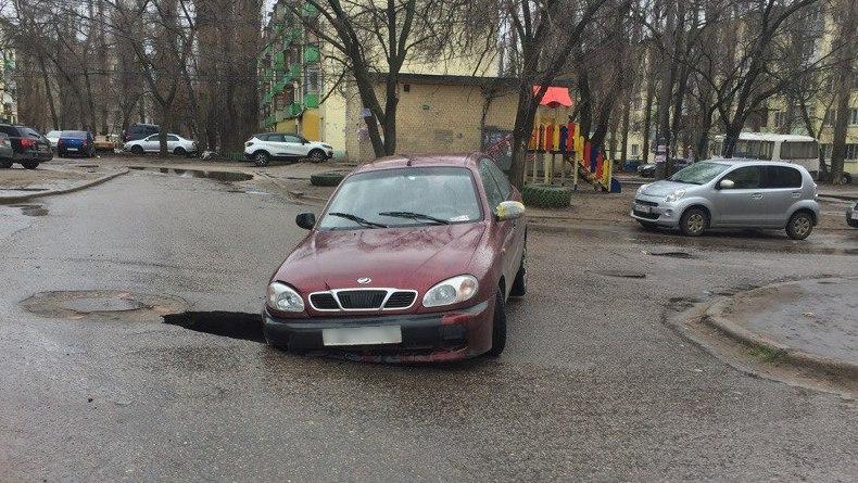 В Воронеже под иномаркой провалился асфальт
