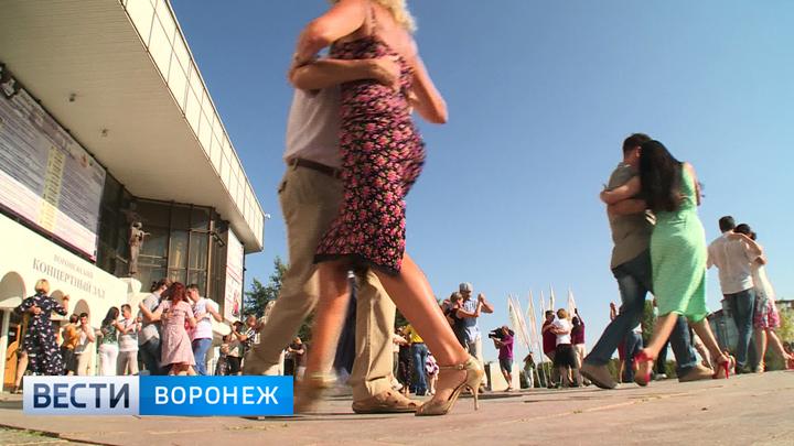 Воронежцы присоединились к флешмобу и станцевали танго вместе с парами из 60 городов России