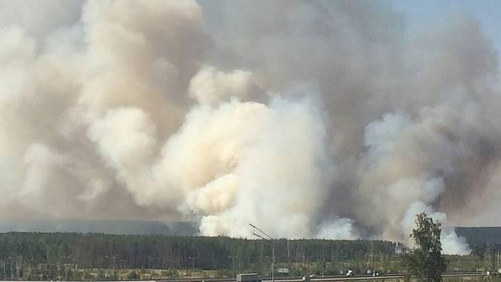 Число сотрудников МЧС на тушении пожара в Воронеже увеличили до 107 человек