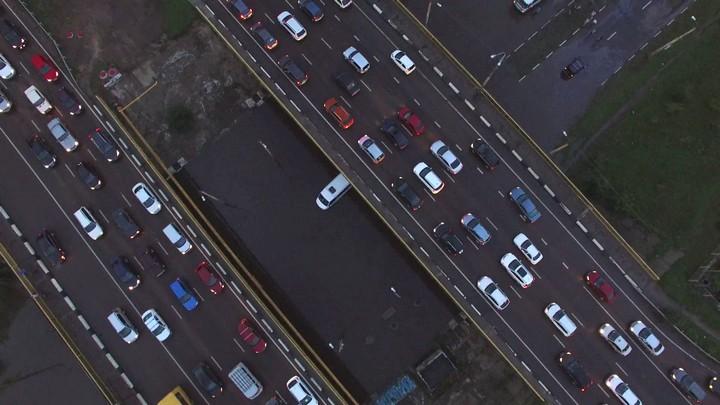В Воронеже под мостом «утонула» маршрутка: видео появилось в сети