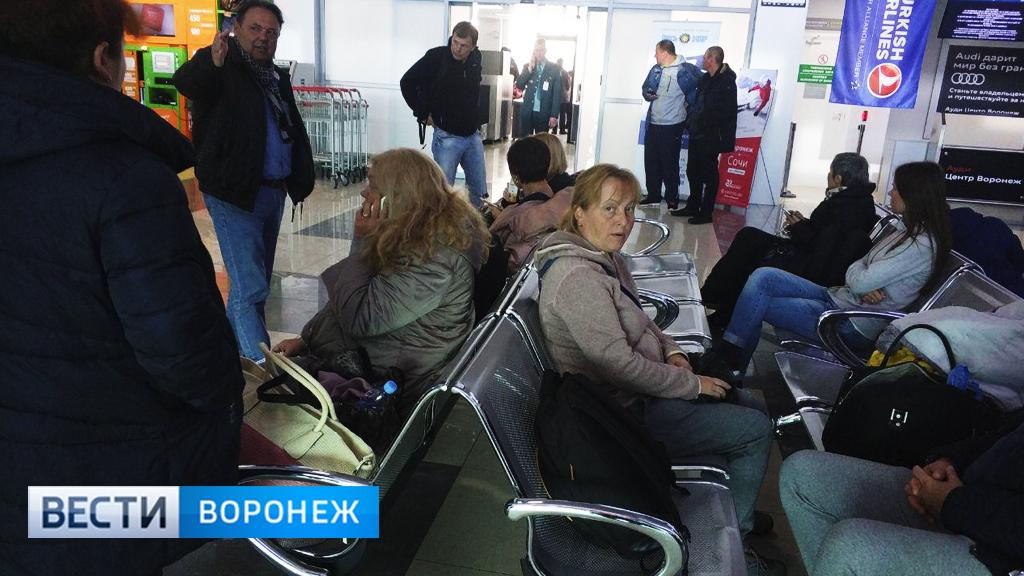 Застрявшие в аэропорту из-за «пассажира с холерой» воронежцы: «Над нами издеваются»