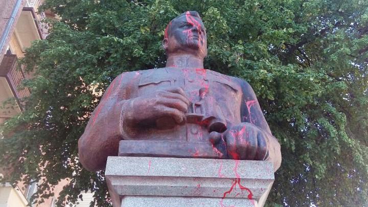 Памятник воронежскому генералу Ватутину на Украине облили краской