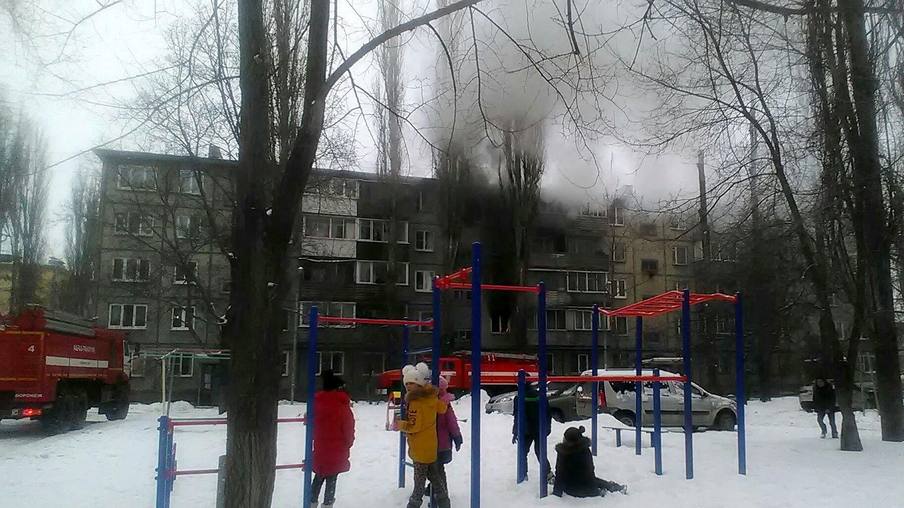 В Воронеже пожарные спасли двоих детей из горящего дома