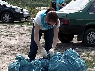 Актриса Анна Большова помогала волонтерам собирать мусор на пляже