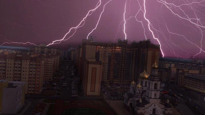 «Страшно красиво». Жители Воронежской области поделились снимками первой июльской грозы