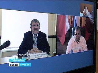 Аркадий Пономарев пообщался с жителями отдалённых районов области с помощью видеосвязи