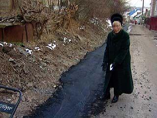 Асфальт на улице Гастелло укладывают прямо в грязь