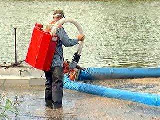 Аварийный разлив нефтепродуктов устраняли на реке Воронеж