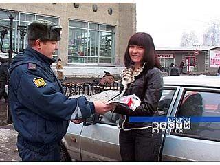 Бобровские инспекторы ГИБДД поздравили женщин с праздником