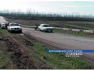 Через километр от села Мамоновка дорога превращается в ловушку для водителей