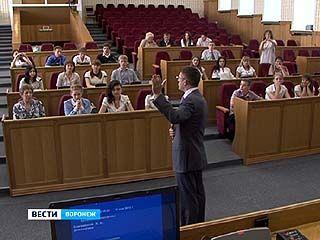 Депутаты облдумы научили воронежских школьников и студентов цивилизованно спорить