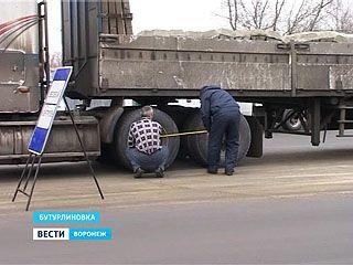 Дорожная полиция взвешивает большегрузы на трассах
