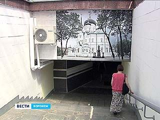 Достопримечательности города - в подземном переходе. Изучить карту Воронежа можно у Петровского сквера