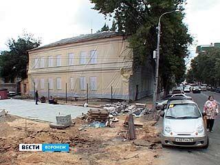 Два здания с аварийными фасадами закрыли сеткой с изображением отремонтированных стен