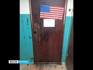Дверь квартиры воронежской правозащитницы облили фекалиями и украсили флагом США