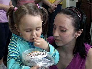 """""""Единороссы"""" привезли в Областную детскую больницу пасхальные куличи"""