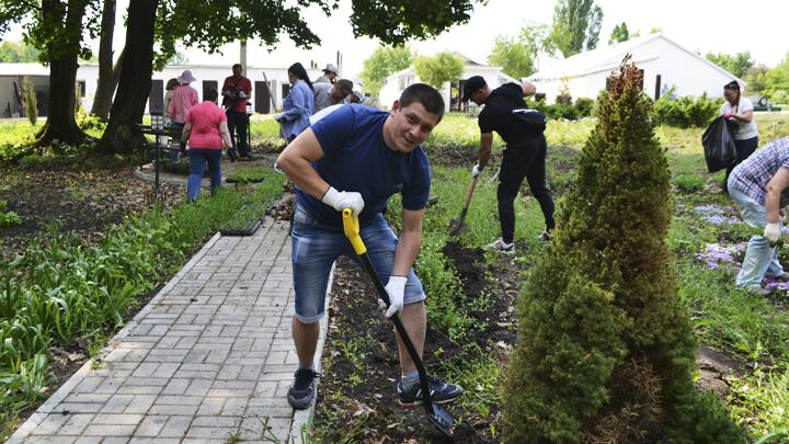 Нововоронежские атомщики организовали субботник в ботаническом саду ВГУ