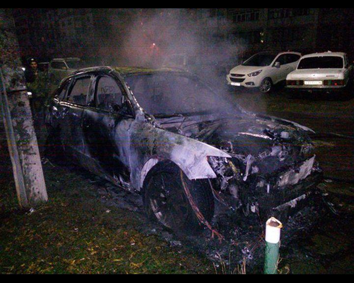 ВИДЕО: Этой ночью на улице Ломоносова сгорел дорогой автомобиль